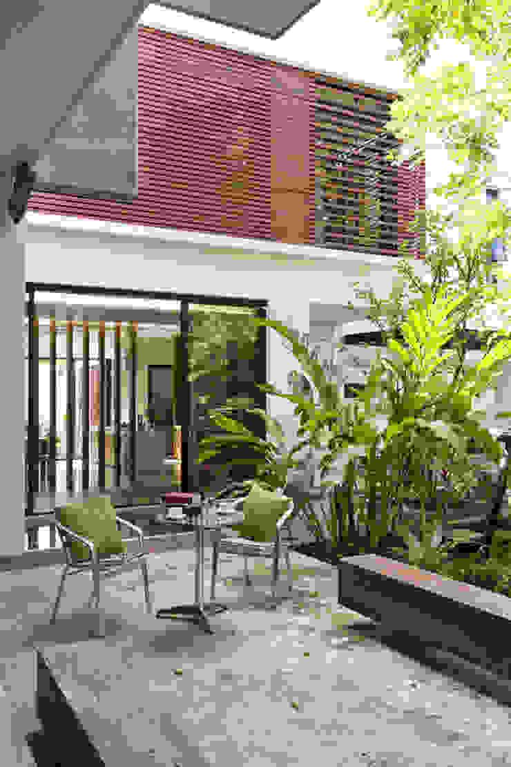Mr.Sutach's residence โดย Autchawin Architect Co., Ltd.