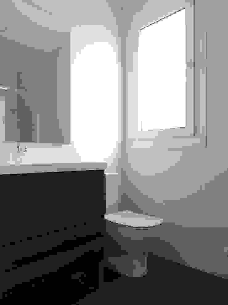 Modern bathroom by Casas Cube Modern
