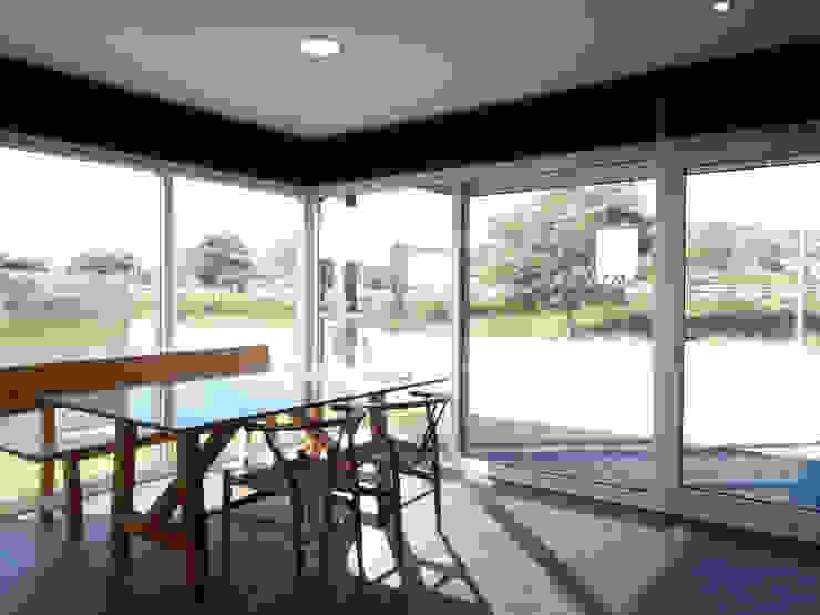 Modern dining room by Casas Cube Modern