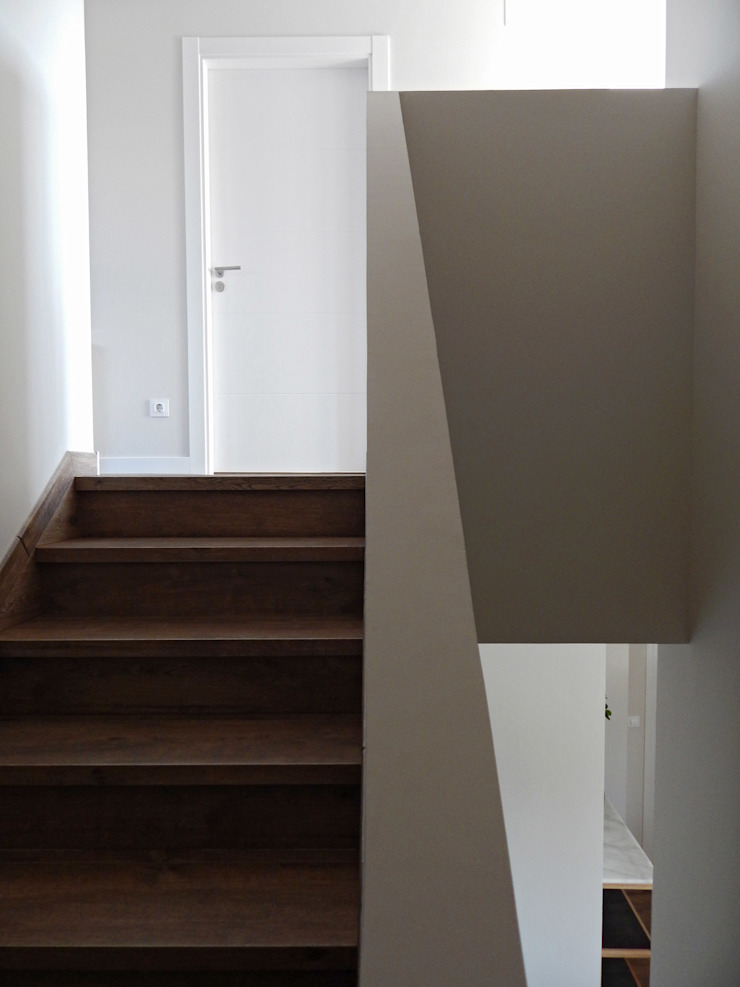 Modern corridor, hallway & stairs by Casas Cube Modern