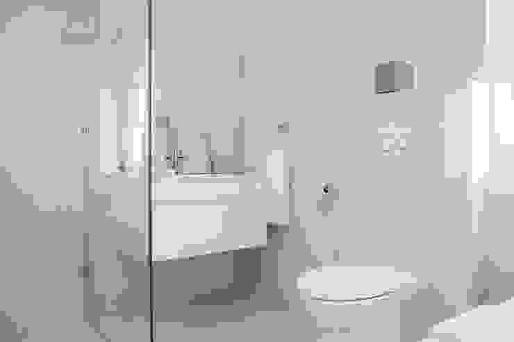 Bedroom three en-suite Salomé Knijnenburg Interiors Colonial style bathroom White