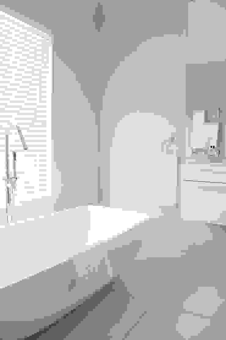 Bedroom four en-suite Salomé Knijnenburg Interiors Colonial style bathroom White