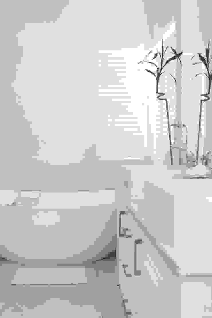 Bedroom one en-suite Salomé Knijnenburg Interiors Colonial style bathroom White