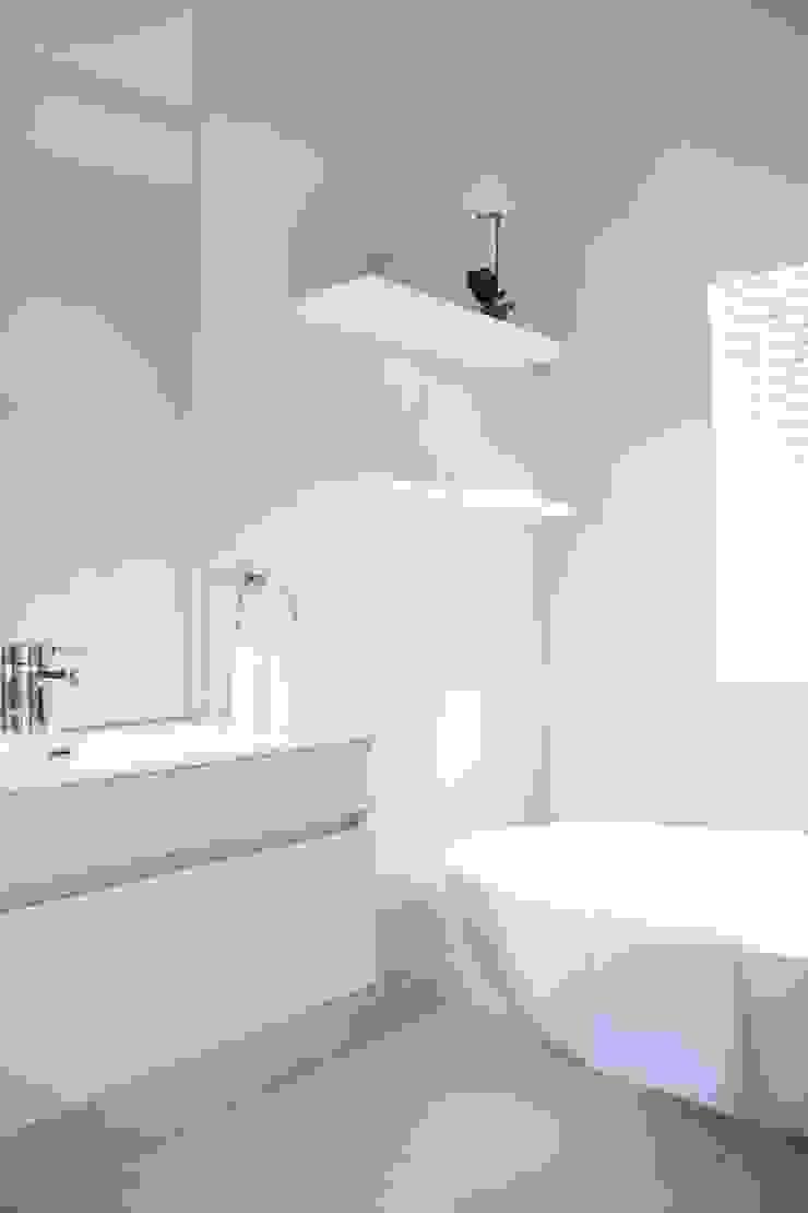 Cottage en-suite Salomé Knijnenburg Interiors Colonial style bathroom White