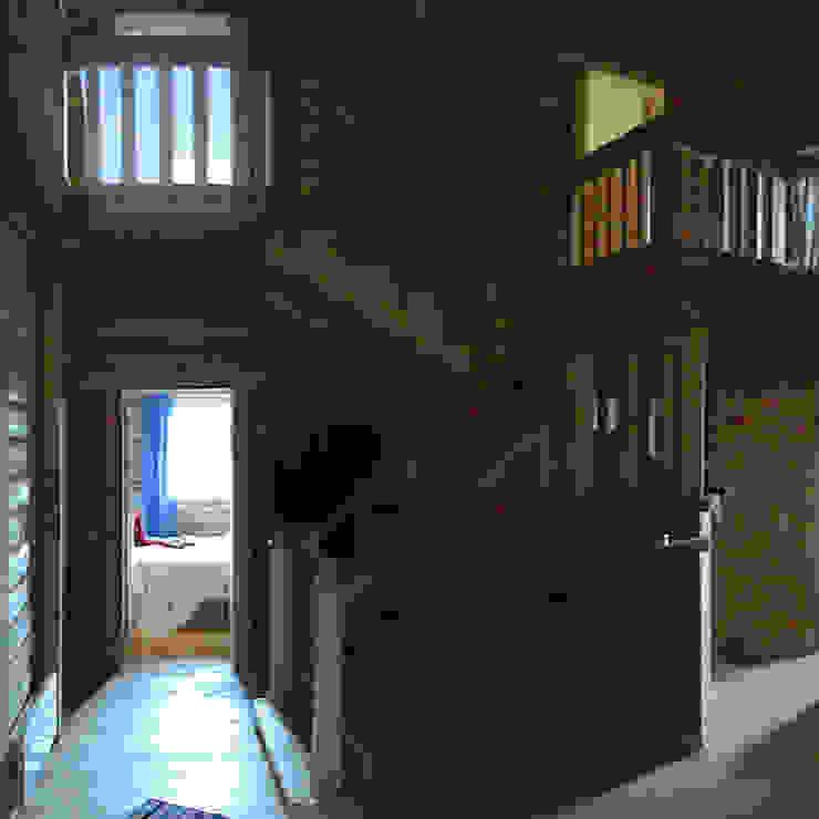 Усадьба под Волоколамском Коридор, прихожая и лестница в стиле кантри от Архитектор и дизайнер Михаил Топоров Кантри