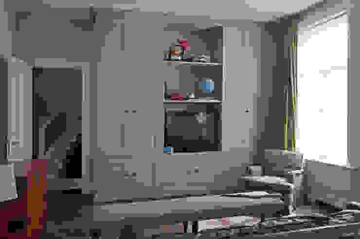 Tailor-made kasten, met strakke panelen en klassieke lijst en plint Klassieke kinderkamers van Vonder Klassiek