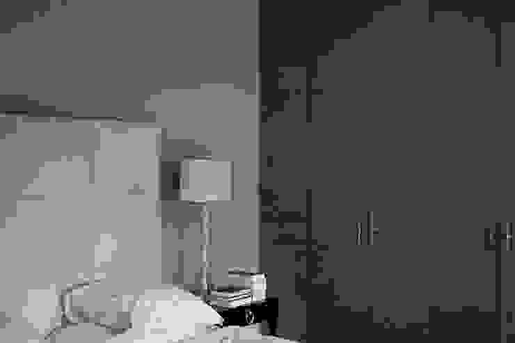 Met linnen bespannen garderobekasten Eclectische slaapkamers van Vonder Eclectisch