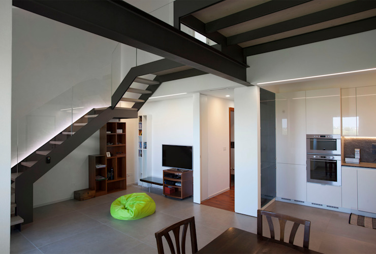 Studio Dalla Vecchia Architetti Cocinas pequeñas Hierro/Acero Gris