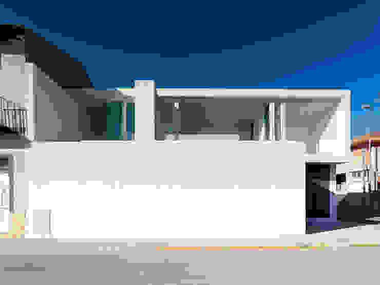 Fachada principal Casas minimalistas de Vila Suárez Minimalista