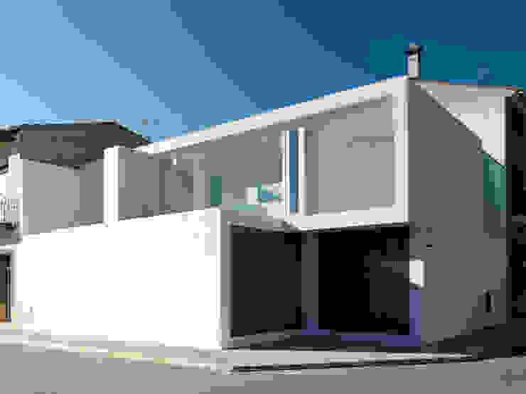 Acceso principal Casas minimalistas de Vila Suárez Minimalista