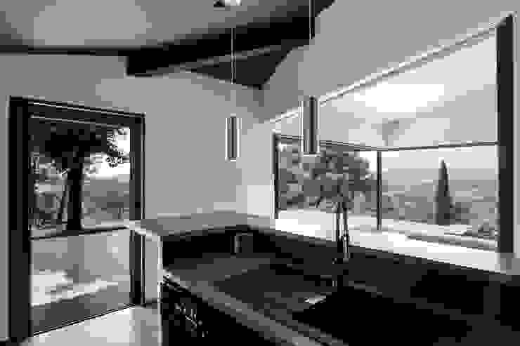 Mediterrane Küchen von Atelier Jean GOUZY Mediterran