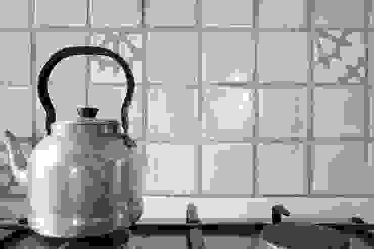 Studio Dalla Vecchia Architetti Вбудовані кухні Плитки Білий