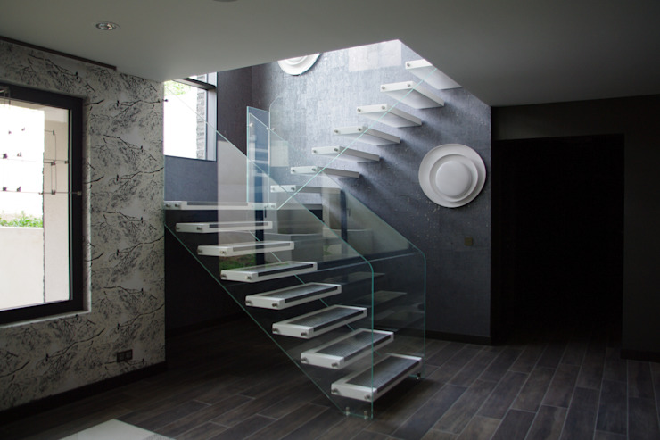 Escalier en bois laqué blanc et inox ARREDAMENTI Couloir, entrée, escaliers modernes Bois Métallisé / Argent