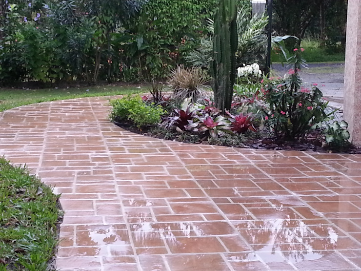 COUNTRY HOME - EL VALLE, PANAMA Country style garden by TARTE LANDSCAPES Country
