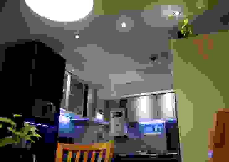 Iluminación LED cálida en zona de comedor de De Signo +
