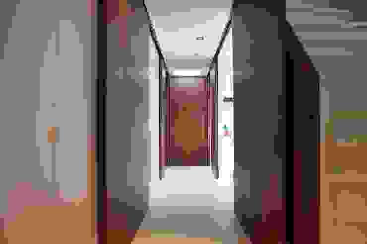 Verbouw en aanbouw jaren dertig woning Bilthoven Moderne gangen, hallen & trappenhuizen van Architectenbureau Jules Zwijsen Modern