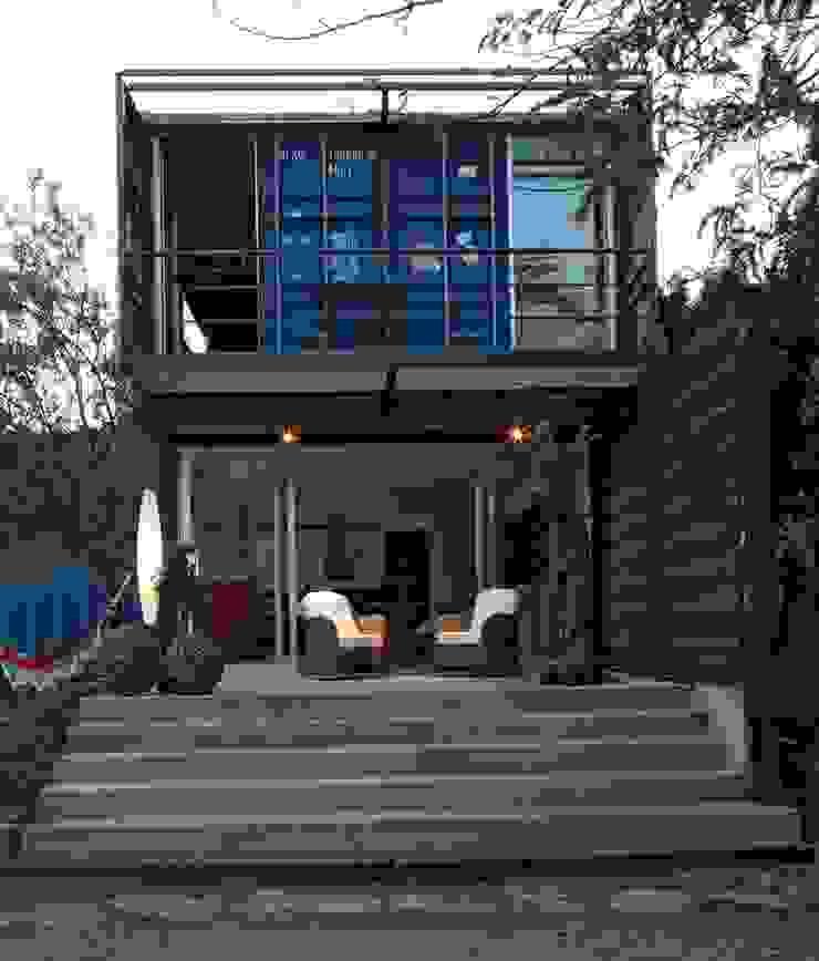 TIEMBLO HOUSE Casas de estilo industrial de james&mau Industrial