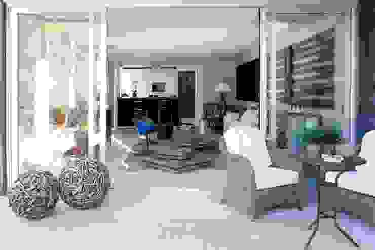 TIEMBLO HOUSE james&mau Balcones y terrazas de estilo industrial