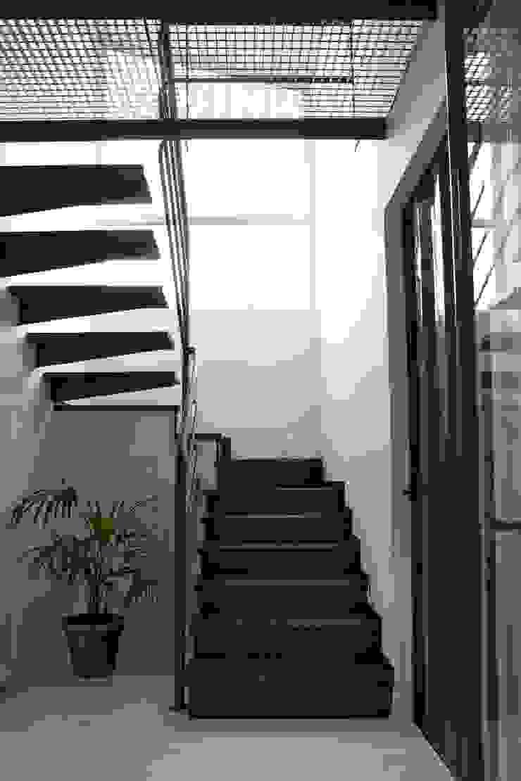 TIEMBLO HOUSE Pasillos, vestíbulos y escaleras de estilo moderno de james&mau Moderno