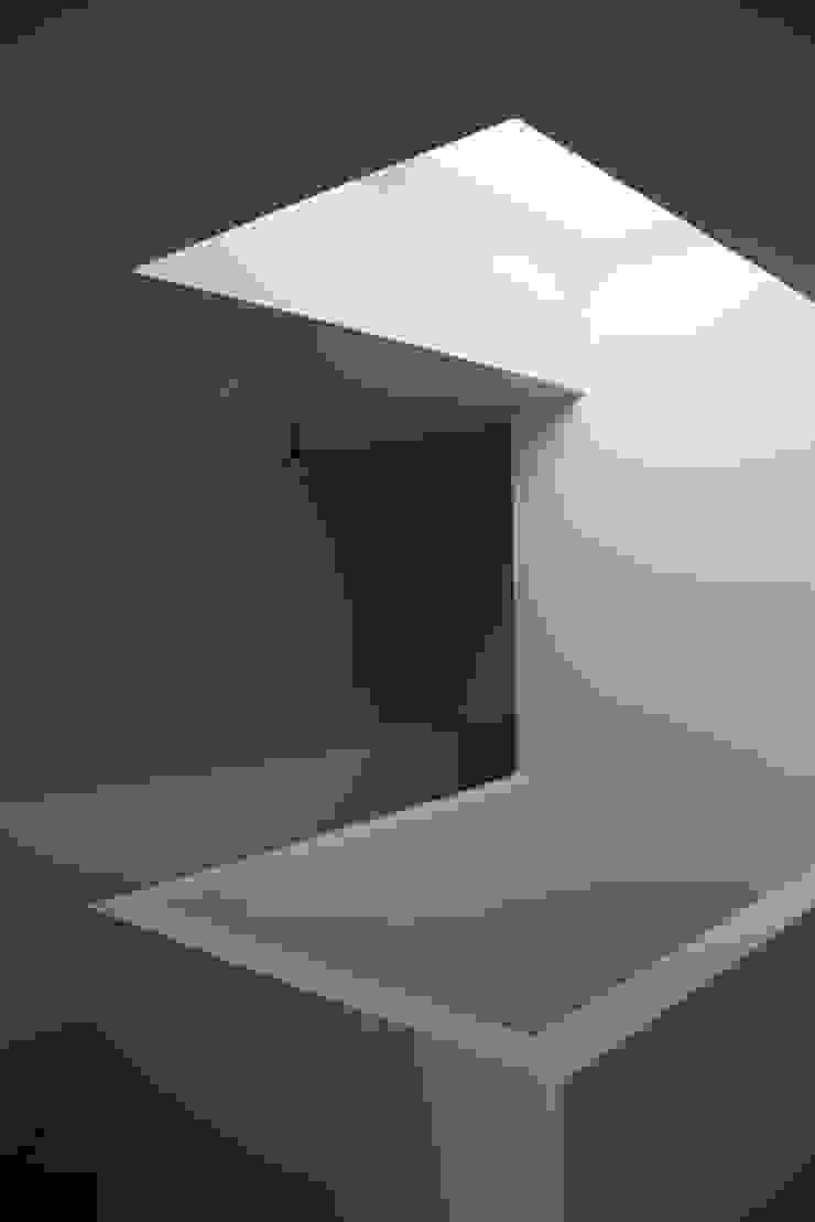 Nowoczesny korytarz, przedpokój i schody od Architectenbureau Jules Zwijsen Nowoczesny