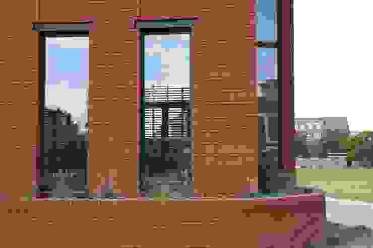 Hoekwoning Boddenkamp Enschede Moderne ramen & deuren van Architectenbureau Jules Zwijsen Modern