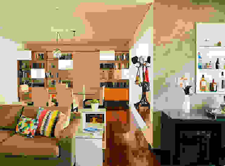 Visão geral - sala de estar, jantar e bar Salas de estar modernas por Ladrilho Urbanismo e Arquitetura Moderno Madeira Efeito de madeira