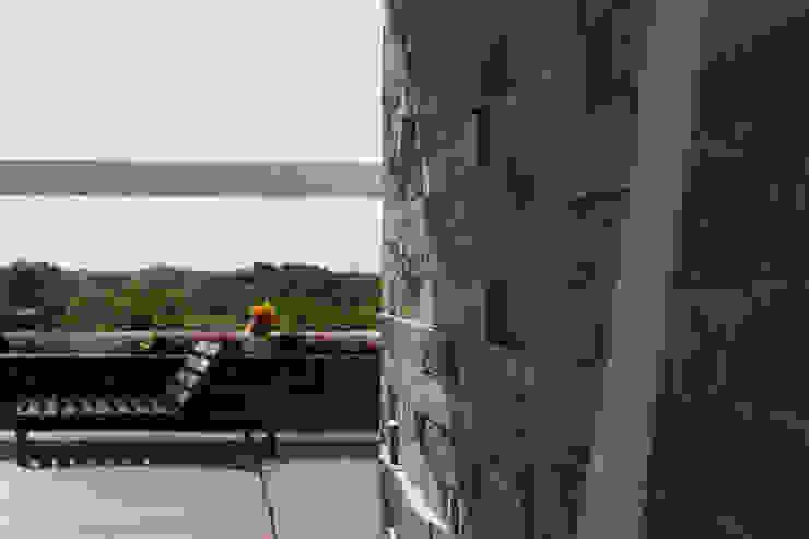 Casa Tunich Paredes y pisos de estilo moderno de Grupo Cerma Moderno