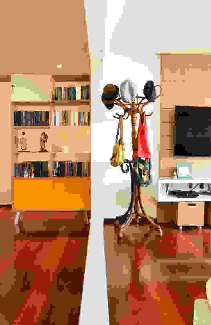 Detalhe mobiliário por Ladrilho Urbanismo e Arquitetura Moderno Madeira Efeito de madeira