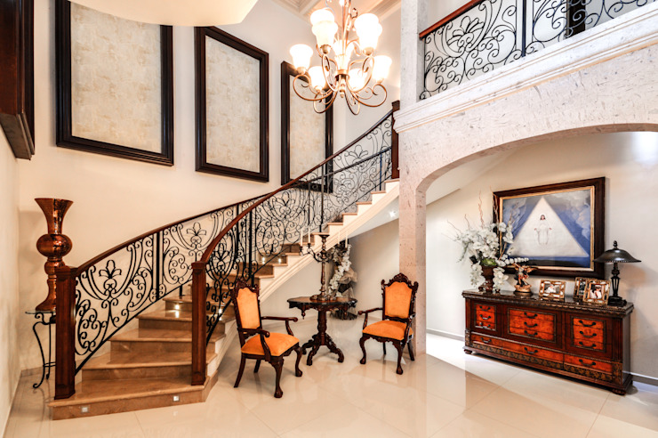 Colonial style corridor, hallway& stairs by CORTéS Arquitectos Colonial Marble