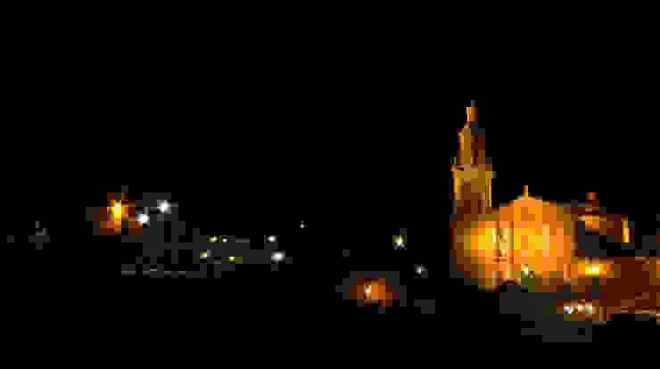 Parroquia de San Miguel, plaza exterior.:  de estilo colonial por Icaro Studio, Colonial