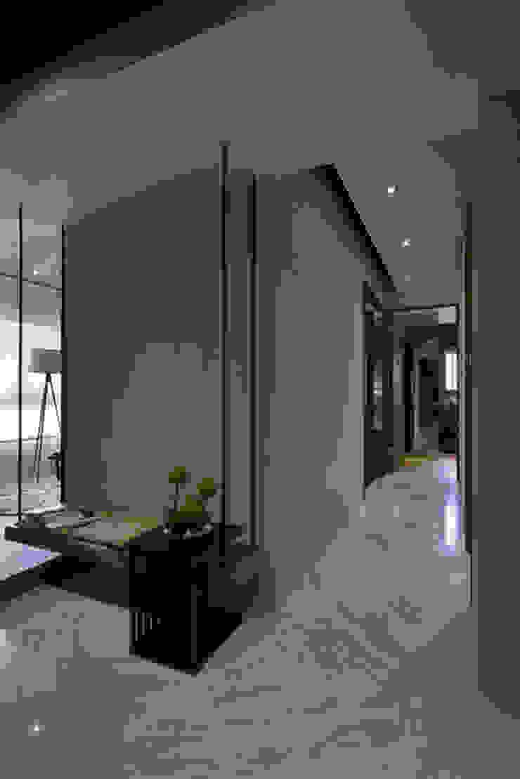 人文藝術感知 發掘生命本質 現代風玄關、走廊與階梯 根據 Luova 創研俬.集 現代風