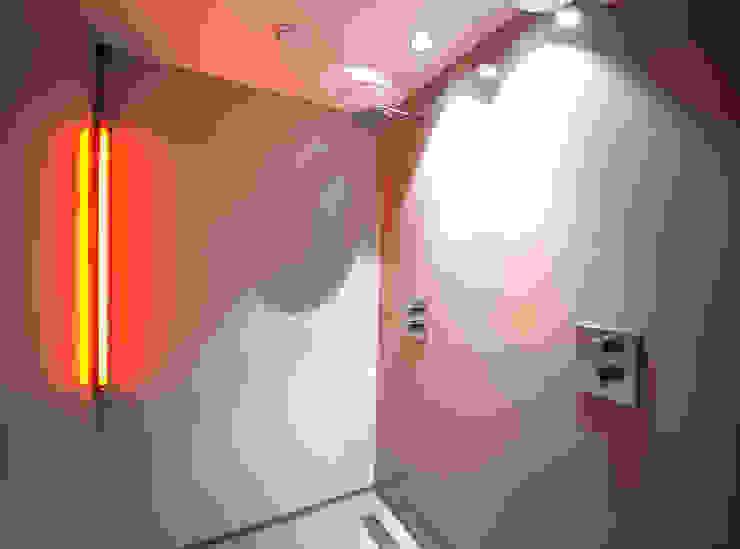 de 'warme' douche behorende bij sauna en stoomcabine Moderne badkamers van Heeren 3 Architecten Modern Beton