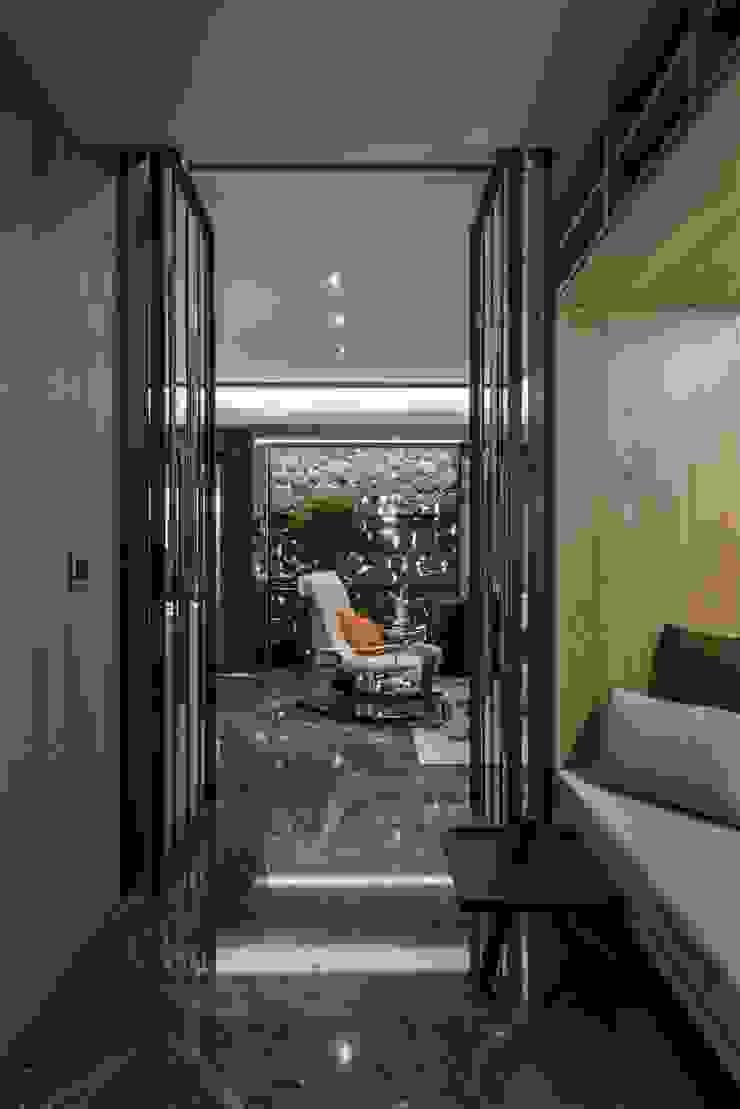 潛行極地,磐石永固 現代風玄關、走廊與階梯 根據 Luova 創研俬.集 現代風