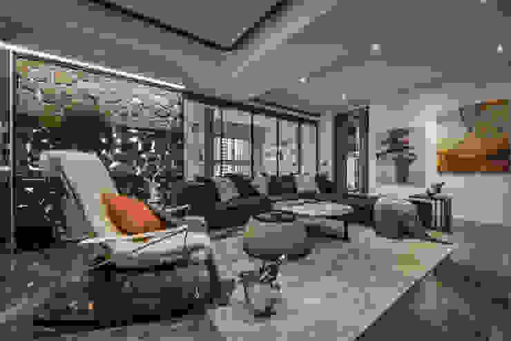 潛行極地,磐石永固 现代客厅設計點子、靈感 & 圖片 根據 Luova 創研俬.集 現代風