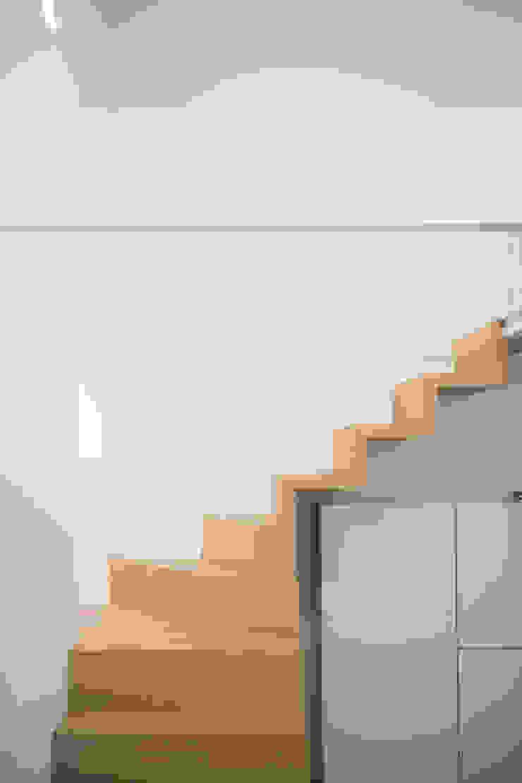 Corredores, halls e escadas modernos por STUDIO ACRIVOULIS Architettra + Interior Design Moderno