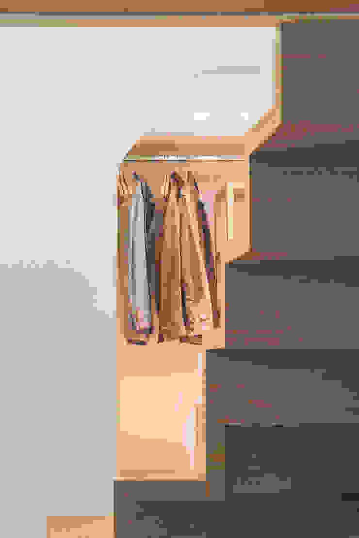 Closets por STUDIO ACRIVOULIS Architettra + Interior Design Moderno