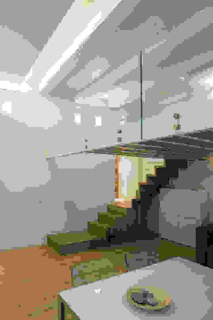 Salas de estar modernas por STUDIO ACRIVOULIS Architettra + Interior Design Moderno