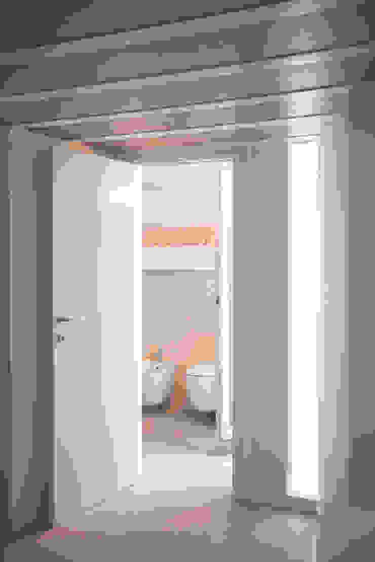 Banheiros modernos por STUDIO ACRIVOULIS Architettra + Interior Design Moderno