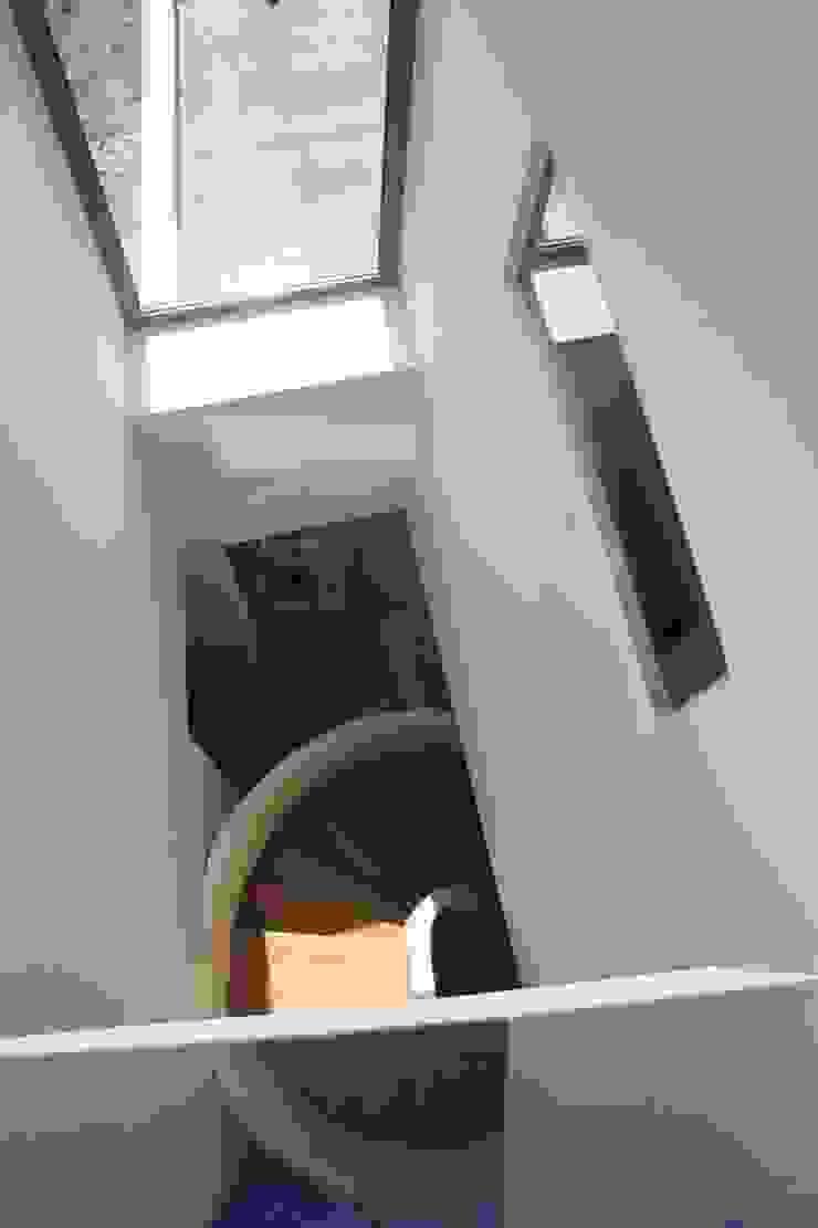 Knikwoning Moderne gangen, hallen & trappenhuizen van Architectenbureau Jules Zwijsen Modern