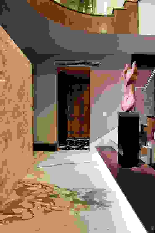 Verma Residence Modern corridor, hallway & stairs by Untitled Design Modern