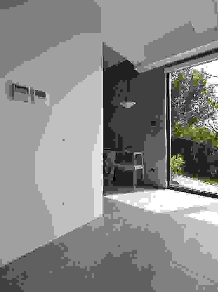 Modern Walls and Floors by 洪文諒空間設計 Modern