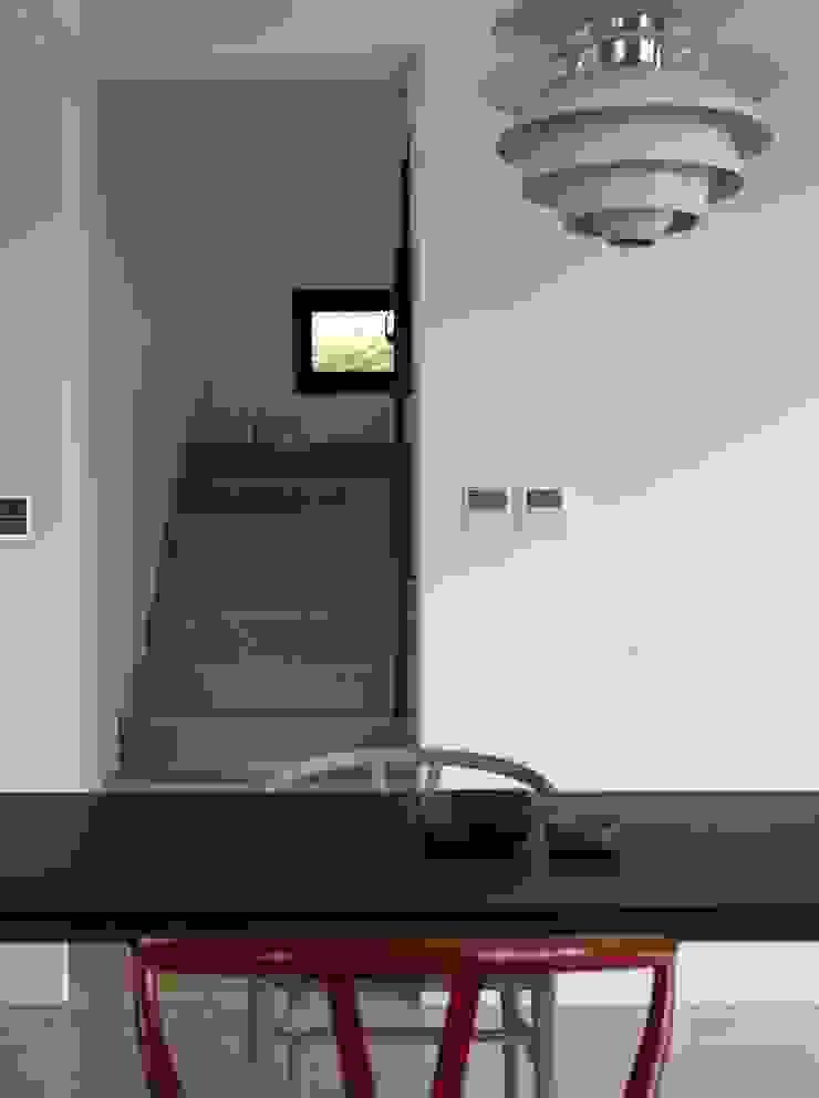 Modern Corridor, Hallway and Staircase by 洪文諒空間設計 Modern