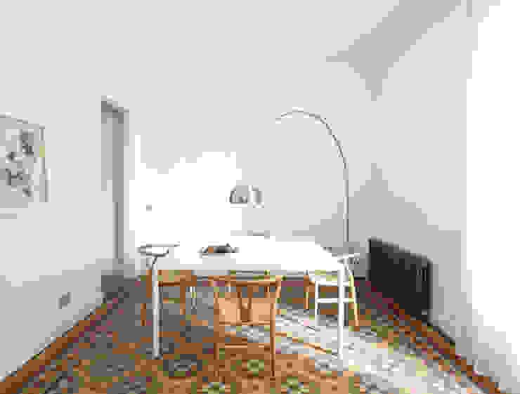 Scandinavian style dining room by Oliveras Boix Arquitectes Scandinavian