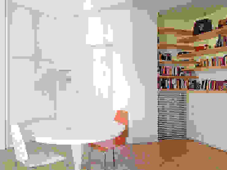 Il soggiorno, con tavolo e libreria: Soggiorno in stile  di Atelier delle Verdure, Scandinavo