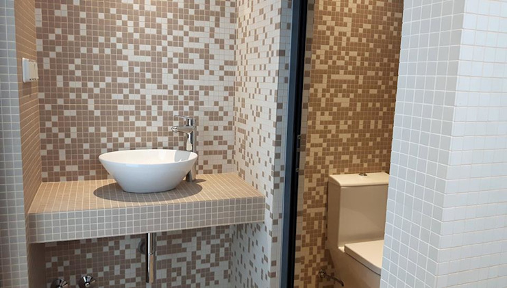 Bathroom by Emprofeira - empresa de projectos da Feira, Lda.,
