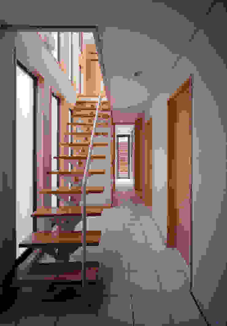 Corredores, halls e escadas escandinavos por 豊田空間デザイン室 一級建築士事務所 Escandinavo