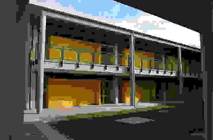 Colegio La Reliquia Paredes y pisos de estilo moderno de MRV ARQUITECTOS Moderno