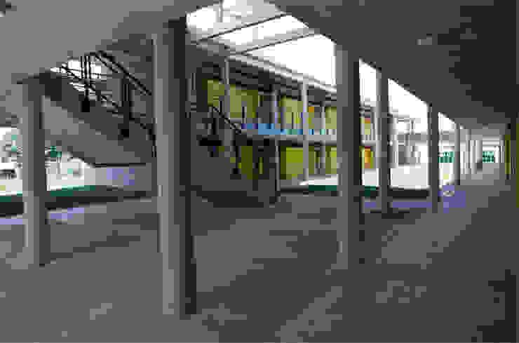 Colegio La Reliquia Pasillos, vestíbulos y escaleras de estilo moderno de MRV ARQUITECTOS Moderno