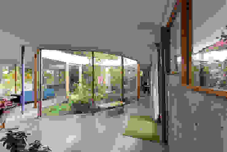 Courtyard House Pasillos, vestíbulos y escaleras de estilo ecléctico de NO Architecture Ecléctico