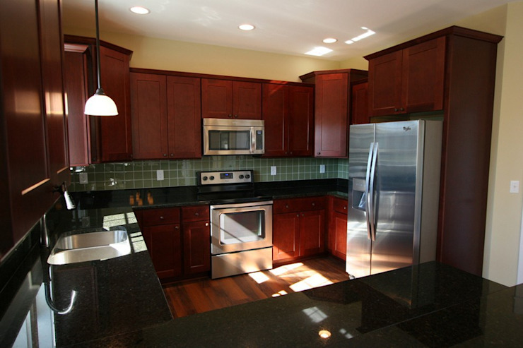 Modern Outer Banks-Style Kitchen Outer Banks Renovation & Construction 現代廚房設計點子、靈感&圖片